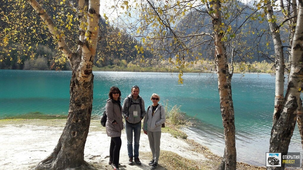 Гид Павел Шитик с туристами на Озере Иссык