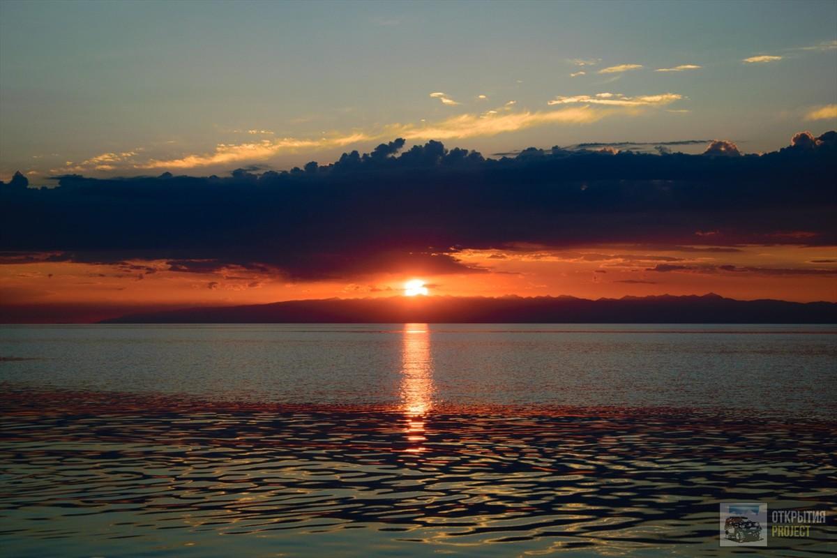 Озеро Иссык-Куль на закате