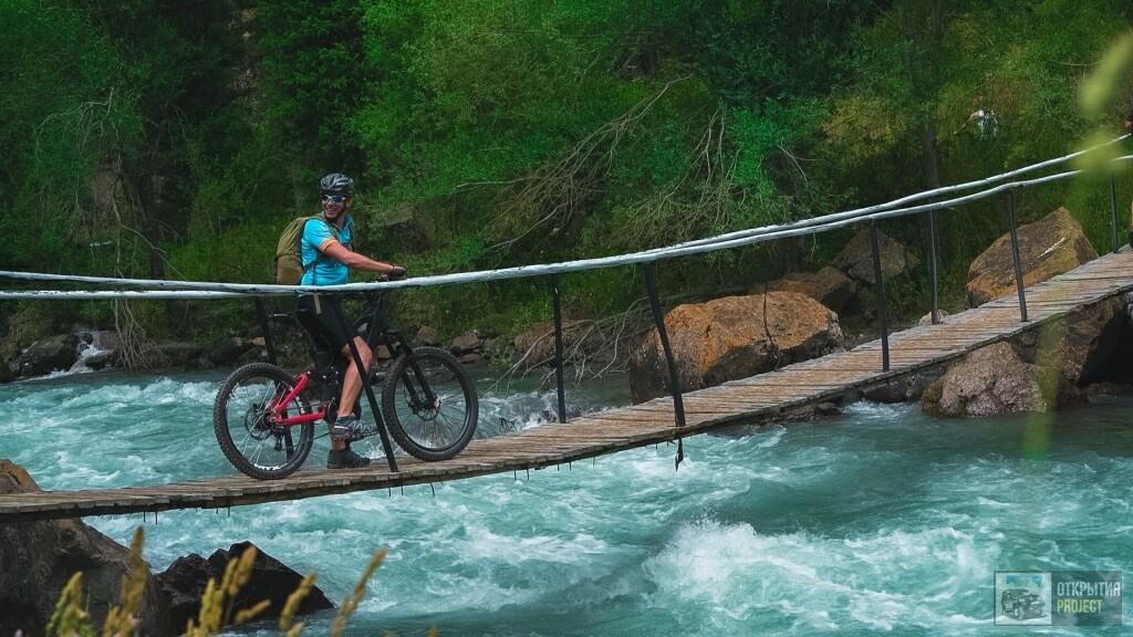 Электровелосипед на мосту