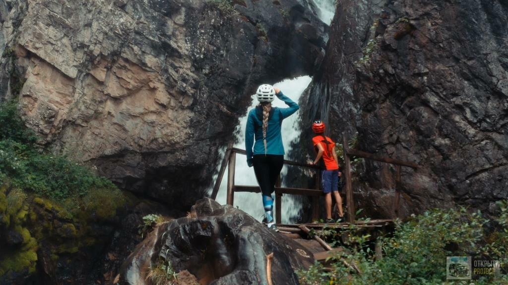 Водопад Кайракский. Велотуристы