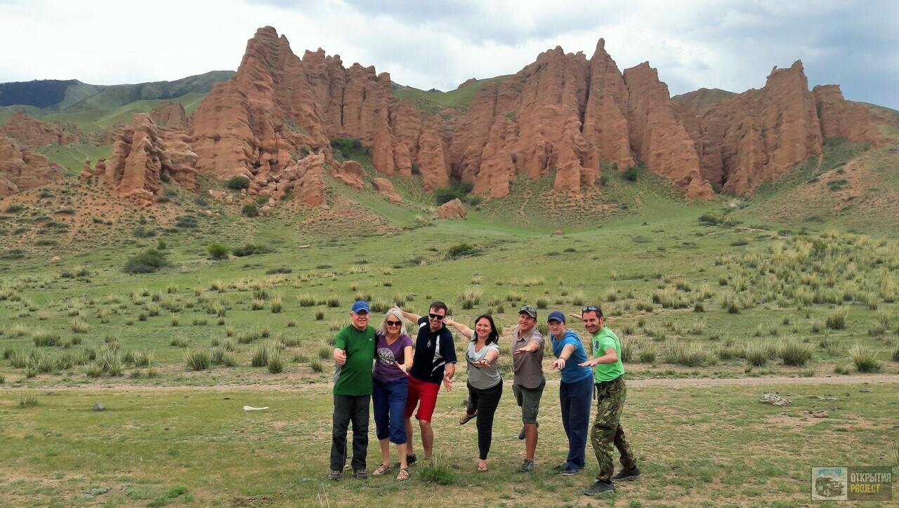 Плато Асы. Красные скалы с туристами