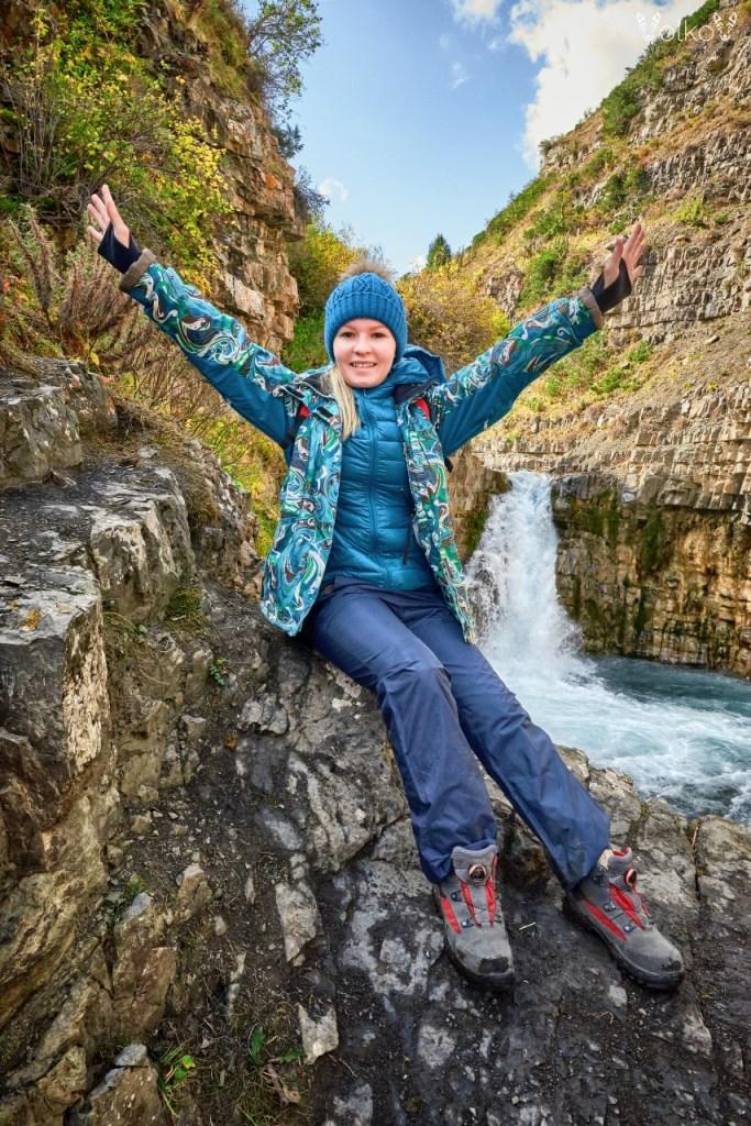 Туристка у водопада Текес
